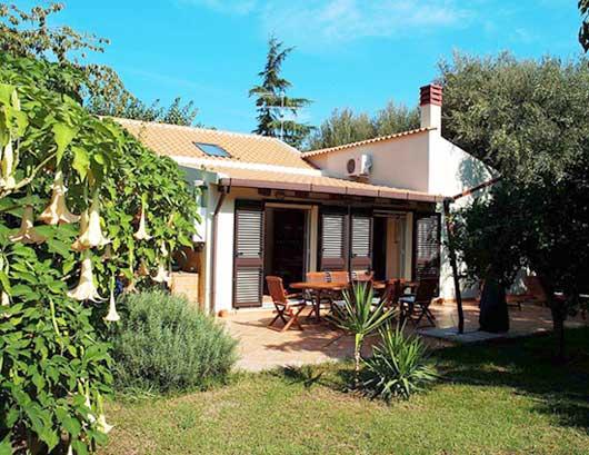 Location sicile maison villa baldassare en location en italie for 120 salon syracuse