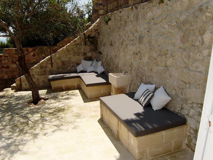 Divani in muratura da giardino idee per il design della casa - Divano in muratura ...